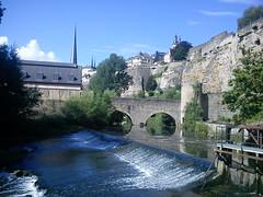 Lux_20 (Laszlo T.) Tags: city building church rock river waterfall wasserfall kirche stadt luxembourg fluss gebude luxemburg ville felsen templom alzette folyo varos ltzebuerg szikla vizeses uelzecht epulet