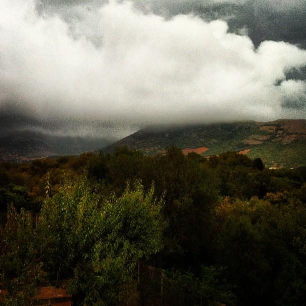 Nuvole in Sardegna, con una voglia di pioggia.