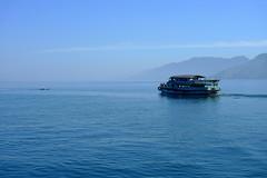 Blauwer dan blauw (Kim Cuhfus Fotografie & Design) Tags: blue sky lake water sumatra indonesia boot boat meer volcanic indonesi toba danau vulkanisch