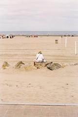 Blonville-sur-Mer (Arnaud Constant) Tags: mer bleu parasol normandie enfant calvados tente deauville trouville jeuenfant meretplage blonvillesurmer