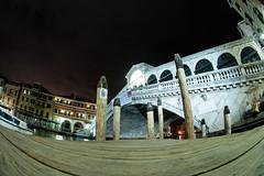 Ponte di Rialto (mattrkeyworth) Tags: italien bridge venice italy rialtobridge water night river wasser italia nacht fisheye fluss venezia nuit venedig rialto pontedirialto fischauge rialtobrcke nightset sal16f28 mattrkeyworth