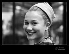 La sonrisa horizontal (Argayu) Tags: portrait woman girl mujer fiesta chica retrato asturias desfile sonrisa oviedo parada asturies uvieu diadeamericaenasturias etnografa seleccionar llanisca diadeamericaenasturies