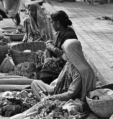 INDIEN , india , unterwegs nach Varanasi, am Rand der Strae, 14260/7127 (roba66) Tags: menschen people leute frau woman portrait aufdenstrasen indianlife indienunterwegsnachvanarasi blackwhite bw sw branco negro blackandwhite blancoenero blancoynegro monochrome byn bretoebranco einfarbig schwarzweis women