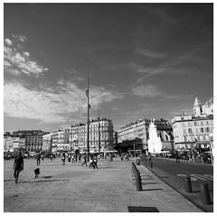 Quai des Belges - Vieux Port  @  Marseille (sunnybille) Tags: 2015 canon marseille frankreich france sw bw nb strasenansicht strasenfotografie streetphotography perspektive architektur architecture menschen people licht schatten light shadow ombre lumire vieuxport quaidesbelges
