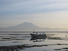 Gunung Agung - Bali 2016 (Valerie Hukalo) Tags: reflection reflet sunrise leverdesoleil indonesia indonsie bali sanur agung gunungagung volcanoe volcan asie asia hukalo safaribali valriehukalo