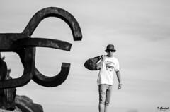 Almas extraas (Eibar010) Tags: 85mm blackandwhite blancoynegro candid d7000 donosti monochrome streetportrait street streetphoto peinedelviento chillida