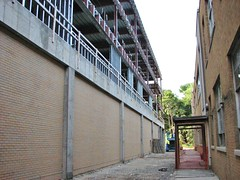 THE NEW AND THE OBSOLETE (richie 59) Tags: ulstercountyny ulstercounty newyorkstate newyork unitedstates kingstonny kingston midtownkingstonny midtownkingston midtown richie59 monday summer constructionarea buildingsite constructionsite weekday school campus 2016 kingstonhighschool highschool schoolbuildings newbuildings schoolcampus construction highschoolbuilding highschoolcampus newconstruction workzone sep2016 sep52016 america 2010s americancity uscity smallcity urban city brickbuildings buildings yellowbrickbuildings hudsonvalley midhudsonvalley midhudson nystate nys ny usa us steelwork steel obsolete oldbrickbuilding