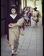 Geiko Suzuko-san and maikos in Gion (Kyoto, Japan) (Shanti Basauri) Tags: street girls woman art girl japan japanese costume women kyoto dress candid traditional clothes maiko geiko geisha  kimono gion tradition kioto cinematic kansai geishas  kimonos japn  hanamikoji  japonia  maikos  geikos suzuko kobu