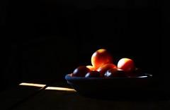 Liebesapfel, Paradeiser, Pomodoro (Tinina67) Tags: light red stilllife black window contrast tomato licht fenster tina tomate pomodoro paradeiser liebesapfel tinina67