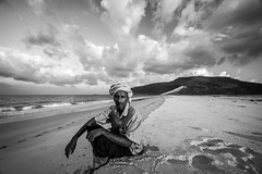 portrait of a man on the beach of the island of Socotra, yemen (anthony pappone photography) Tags: pictures travel portrait bw man color beach colors digital canon lens island photography photo colorful colours colore foto image picture unesco arab arabia adan yemen arabian fotografia bottletree ritratto reportage photograher arabo yemeni phototravel yaman blachwhite socotra soqotra arabie arabiafelix arabieheureuse اليمن arabianpeninsula يمني 也門 سقطرى сокотра alyaman yemenpicture yemenpictures 索科特拉 ソコトラ सोकोट्रा dragonsbloodtrees