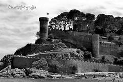 Paisaje en Tossa de Mar (lmarrvi) Tags: tossa tossademar playa beach naturaleza blancoynegro blackandwhite castle castillo