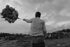 hold (Shadman241091) Tags: balloon shark man bnw beach chittagong seller life dailylife evening canon street bangladesh