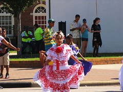 seora bastante pequea (Gerry Dincher) Tags: internationalfolkfestival fayetteville cumberlandcounty northcarolina marketsquare personstreet haystreet multicultural folk colorful boldcolors brightcolors international traditionalpanamaniandress panama pollera