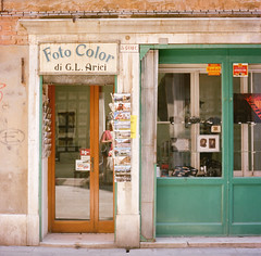 Foto Color (12th St David) Tags: venice italy color 120 6x6 film window shop mediumformat square photography photo italia foto storefronts stores venezia venedig rolleicord 75mm kodakportra400 mittelformat rolleicordv formatomedio xenar75mmf35 schneiderkreuznachxenar75mmf35  schneiderxenar75mmf35 lemoyenformat