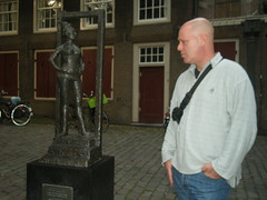 Statue in remembrance of a prostitute called Belle (Fufulula, thanks for 1,5 million visits) Tags: street light red amsterdam statue photo nikon district prostitute belle ofir