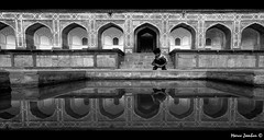(bon__007) Tags: bw india reflection bn mausoleum reflexions riflessi newdelhi mausoleo humayun nuovadelhi