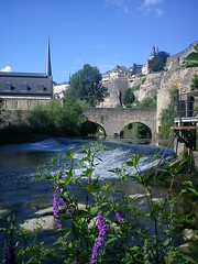 Lux_19 (Laszlo T.) Tags: city building church rock river waterfall wasserfall kirche stadt luxembourg fluss gebude luxemburg ville felsen templom alzette folyo varos ltzebuerg szikla vizeses uelzecht epulet