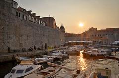 Puesta de sol en Dubrovnik (anillazg) Tags: atardecer barcos dubrovnik croacia dorado murallas terrazas
