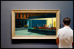 Contemplating Hopper (Andy Marfia) Tags: chicago painting iso800 loop framing artinstitute contemplating edwardhopper onlooker 160sec f32 nightwawks sonyrx100