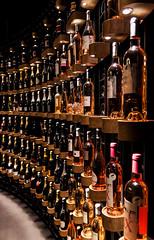 Cave de la Cit du vin, Bordeaux. (Thomas Ricaut) Tags: bordeaux bouteilles vin rangement ordre alignements