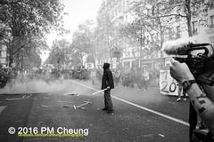 Manifestation pour l'abrogation de la loi Travail - 15.09.2016 – Paris (FR) – IMG_7923 (PM Cheung) Tags: loitravail molotov paris frankreich france proteste mobilisationénorme franceprotest cgt sncf demonstration manif manifestationpourlabrogationdelaloitravail blocus blockaden 2016 demo mengcheungpo molotowcocktail gewerkschaftsprotest tränengas confédérationgénéraledutravail arbeitsmarktreform antilabourprotest lesboches nuitdebout antagonistischenblock pmcheung blockupy polizei crs facebookcompmcheungphotography polizeipräfektur krawalle ausschreitungen auseinandersetzungen compagniesrépublicainesdesécurité police landesweitegrosdemonstrationgegendiearbeitsmarktreform 15092016 manifestation démosphère parisdebout soulevetoi labac bac françoishollande myriamelkhomri esplanadeinvalides manifestationnationaleàparis csgas manif15sept manif15manif15septembre manifestationunitaire fsu solidaires unef unl fidl république abrogationdelaloitravail pertubetavillepourabrogerlaloitravaille blackwhite schwarzweis bw