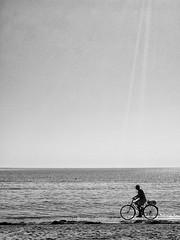 cyclo beach (Enrico Lo Storto) Tags: beach mare estate wave cellulare sole spiaggia biancoenero cyclo controluce onde vecchio bicicletta lavoro onda ruote anziano galaxys2