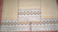 Jogo de toalhas (Roberta Kelly Damasceno) Tags: artesanato toalha banho rosto bordado vagonite bordadoingls begeemarrom