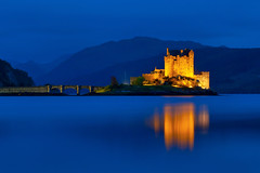 Eilean Donan Castle (kenny mccartney) Tags: uk longexposure blue sunset mountains color castle water canon landscape island scotland highlands scenery escocia hills le license getty bluehour isle gettyimages cpl munros hoya lochduich eileandonancastle cosse nd8 85l 5dii kennymccartney