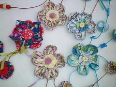 Flores de fuxico (Alba Aragão) Tags: fuxico colar tecido