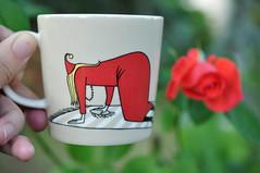 Usin filifjonka (anuwintschalek) Tags: red summer rot cup tasse rose garden austria hand sommer july roos busy moomin mug muumi 40mm anu garten niedersterreich 2012 aed suvi tass ksi mumin wienerneustadt micronikkor hferl usin vilijonkka punane nikond90 moominmug filifjonka kohvitass mumintasse muumitass filifjonk fraufilifjonk