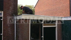 Dakdekker: Naast het timmerwerk (dakbeschot, multiplex boeiboord, houten trim lat en mastiekklos) hebben wij een tweede boeistrook geplaatst van onderhoudsvrije Trespa A400 met daarboven Roval-Extra daktrim 45x45