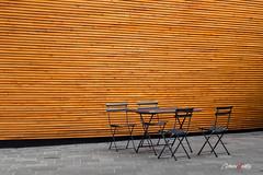 Libre (adrivallekas) Tags: sillas mesa madera chairs table wood metal iglesiadelsilencio silencechurch finlandia finland helsinki orange naranja empty vacio moire lines concept canon canoneos6d trip travel viajar