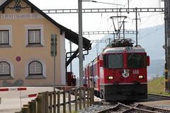 Zug der rhtischen Bahn mit RhB Lokomotive Ge 4/4 II 618 Bergn / Bravuogn beim Bahnhof La Punt im Engadin im Kanton Graubnden in der Schweiz (chrchr_75) Tags: train de tren schweiz switzerland suisse swiss eisenbahn railway zug september ii locomotive christoph svizzera ge bahn treno chemin 44 centralstation fer 2012 locomotora tog juna lokomotive lok ferrovia rhb spoorweg rhtische suissa graubnden grisons locomotiva lokomotiv ferroviaria  1209 locomotief kanton chrigu  rautatie  grigioni grischun zoug trainen  chrchr hurni kantongraubnden chrchr75 chriguhurni albumgraubnden albumbahnenderschweiz2012712 chriguhurnibluemailch albumrhtischebahn albumrhblokomotivege44ii