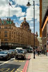 Harrods #Harrods #london #street #blackcab #sunny #sunnylondon (tramiit) Tags: sunnylondon blackcab harrods street london sunny