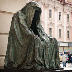 Il Commendatore (1993), 3/4 view, Estates Theatre (1783), Ovocný trh 1, Prague, Czech Republic (lumierefl) Tags: sculpture art statue bronze opera europe theater prague theatre praha czechrepublic shroud faceless publicart 20thcentury 1990s českárepublika lumierefl sminor