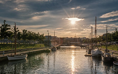 Summer in the city - Am Germania Hafen (Stefan Sellmer) Tags: balticcoast balticsea bluesky germany kiel kielfjord schleswigholstein sunbeams water city color colorful evening summer sunburst sunset deutschland de