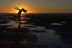 Mo chuisle (IrreBerenT) Tags: sunset sea woman sun sol nature water girl contraluz mar agua arena silueta cantabria marea sanvicentedelabarquera oyambre mern irreberent bajamarar solecitosss