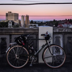 Sunset on the #vancouveraveviaduct Squint and you can see #mthood in the background. #societyofthreespeeds #sots #threespeed #raleighbicycles #raleighsuperbe (urbanadventureleaguepdx) Tags: societyofthreespeeds threespeed vancouveraveviaduct mthood raleighsuperbe sots raleighbicycles