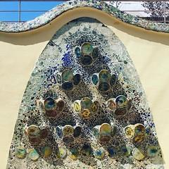 En el patio privado ubicado en el patio de manzana, Gaud dispuso un gran elemento decorativo que se utiliz como jardinera. Presenta discos cermicos y trencads de vidrio combinando distintas gamas de verdes, azules y rojos. Gracias @kelleyc (Casa Batll) Tags: instagram casabatllo gaudi barcelona