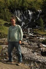 Ich bei den Siebenbrünnen / Siebebrünne / Bi de Siebe Brünne ( Wasserfall / Waterfall ) und Fluhseehöri ob der Lenk im Simmental im Kanton Bern in der Schweiz (chrchr_75) Tags: hurni christoph schweiz suisse switzerland svizzera suissa swiss chrchr chrchr75 chrigu chriguhurni 1209 september 2012 wasserfall водопад 瀑布 vandfald waterfall cascade 滝 cascada waterval wodospad vattenfall vodopád slap albumwasserfälle albumwasserfällewaterfallsderschweiz chriguhurnibluemailch hurnichristoph christophhurni ich me albumjustme september2012 albumzzz201209september bi de siebe brünne bei den sieben brünnen lenk im simmental quelle simme karstquelle siebenbrünnen siebenbrunnen cascata kantonbern alpen alps albumwasserfälleimkantonbern albumwasserfällederschweiz hurni120917