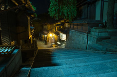 Sannei-zaka in summer night (Kyoto) /  (Kaoru Honda) Tags: city light summer japan night landscape temple alley nikon kyoto traditional alleyway   lantern  kansai   japon kiyomizudera    kinki higashiyama   ninenzaka         sanneizaka d7000 nineizaka sannnenzaka