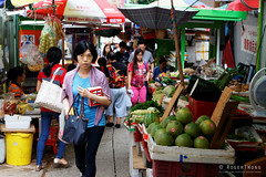 20160827-23-Hong Kong streets (Roger T Wong) Tags: 2016 hongkong rogertwong sel70300g sony70300 sonya7ii sonyalpha7ii sonyfe70300mmf2556goss sonyilce7m2 fruit market people stalls streets travel