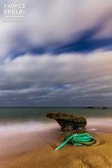 Amarrado a la libertad (Andres Breijo http://andresbreijo.com) Tags: libertad freedom playa beach mar sea orilla coastline cuerda noche night nubes clouds nublado cloudy conil cadiz andalucia espaa spain calas roche