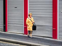 WOMAN WALKING (PHOTOGRAPHY bydamanti) Tags: londonderry northernireland unitedkingdom gb people city street walking woman streetphotography derry