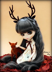 Mummy deer (pure_embers) Tags: uk autumn green leaves sisters ana eyes doll dolls gray royal ivy deer antlers wig pullip pure karina headband embers leeke obitsu leekeworld kuloft prupate