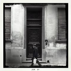der Mann mit Tasche (Blende1.8) Tags: street belgien 2011 iphone4 hipstamatic