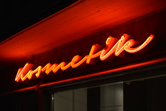Kosmetik (night) (Florian Hardwig) Tags: mnchen neonsign lettering script beauyparlor red storefront fascia