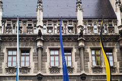 Gargouilles - Marienplatz, Munich (Arnaud Gremillon) Tags: allemagne munich drapeau gargouille gothique deutschland bayern