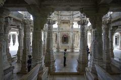 Turistas en el templo jainista de Ranakpur (Rajastn-India), 2016. (Luis Miguel Surez del Ro) Tags: ranakpur rajastn india jain columnas templo