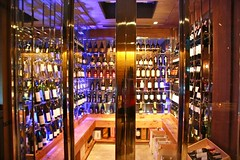 Wine Cellar ของร้าน Wholly Cow ที่ลูกค้าสามารถเข้าไปเลือกไวน์ขวดที่ชอบโดยมีผู้เชี่ยวชาญของร้านคอยแนะนำ